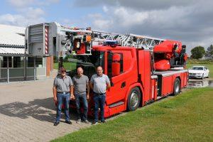 De tre daglige medarbejdere hos RK Brand & Teknik foran Roskilde Brandvæsens nye drejestige. Foto: Henning Svensson.